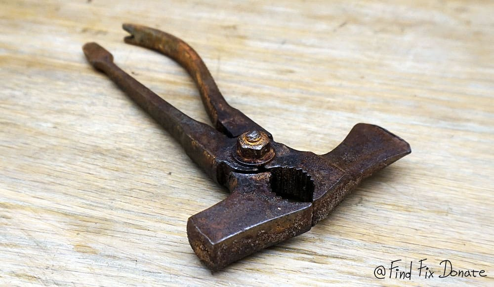 Easy way to remove rust from old tools with vinegar