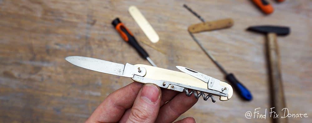 Assembling the pocket knife.