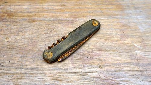 Old broken pocket knife featured