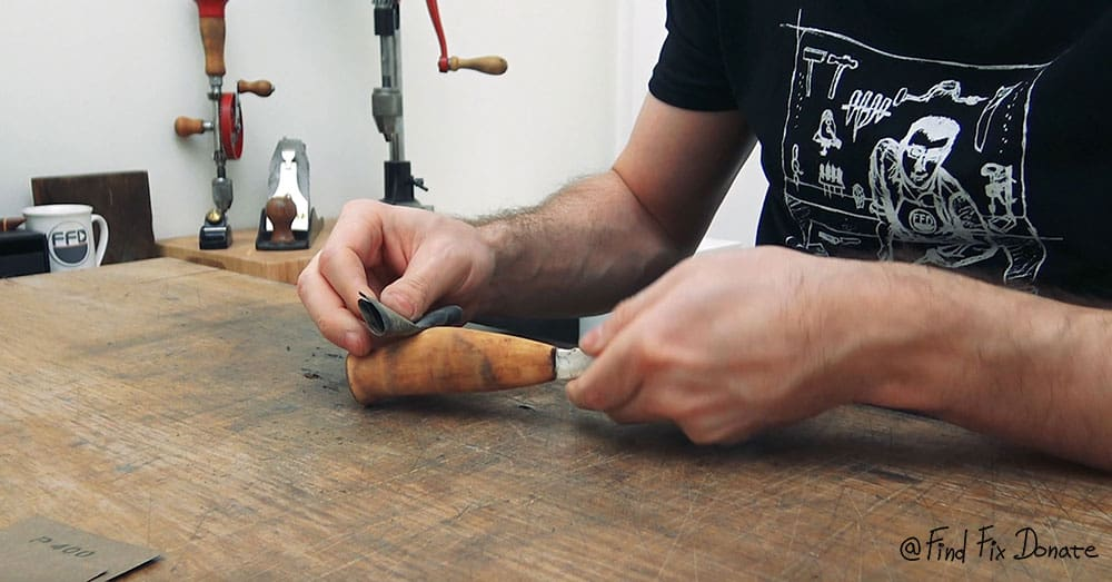 Sanding the handle with 400 grit. It gave a quite smooth finish.